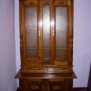 Gründerzeit Glasaufsatzschrank Nussbaum um 1890. Unterteil zweitürig mit geschnitzten Füllungen.Oberteil verglast mit Eisglas.Guter Orginalzustand 123 cm breit 65 cm tief 233 cm hoch  2200 €