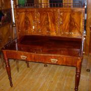 Damenaufsatzschreibtisch Mahagoni um 1860,restaurierter Zustand.Im Aufsatz drei Türen mit je einer innenliegenden Schublade ,Unterteil zwei Schubladen, umlaufende Säulchengallerien 126 cm breit 83 cm tief 140 cm hoch 2250 €