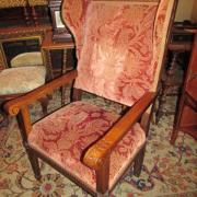 Louis Seize Ohrenbackensessel Eiche um 1790.Guter Originalzustand,kannelierte Beine,im Aufsatz geschnitzte Frauenbüste.76 cm breit,72 cm tief,129 cm hoch,Sitz 48 cm. 800 €