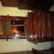 Gründerzeit Spiegelaufsatzkommode Nussbaum um 1890,restauriert.Kommode mit vier Schubladen und einer ausziehbaren Platte.Schubladen aufgedoppelt undmit Wurzelholz furniert. Spiegelaufsatz mit drei Schubladen,schöne Messingbeschläge.96 cm breit 50 cm tief 193 cm hoch  1400 €