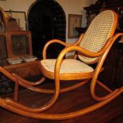 Kinderschaukelstuhl gebogenes Buchenholz um 1900,wohl von der Firma Thonet.Sitz und Rücken neu geflochten 90 cm breit, 33 cm tief, 64 cm hoch,  600 €