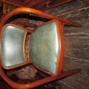 Thonet Armlehnstuhl,gebogenes Buchenholz,restauriert und mit grünem Leder bezogen.Entwurf von Gustav Siegel für die Weltausstellung in Paris 1900.Reste eines Klebeetiketts in der Zarge,53 cm breit,50 cm tief 79 cm hoch.Sitzhöhe 48 cm.650 €