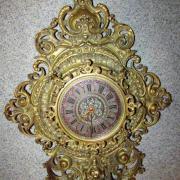 Gründerzeit Wanduhr Bronce um 1890,Zifferplatt mit römischen Zahlen,die Zwischenräume emailiert.Uhrwerk mit Unruh,Werk nicht bezeichnet.46 cm breit 71 cm hoch 10,5 cm tief 650 €