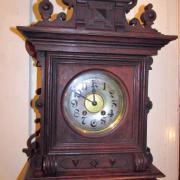 Wanduhr Lenzkirch Eiche um 1900.Guter Originalzustand.Halb und Stundenschlag auf Tonfeder. 34 cm breit 18 cm tief,67 cm hoch.450 €
