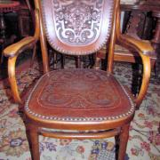 Bugholz Armlehnstuhl Firma Thonet um 1910.Klebeetikett auf der Innenzarge,geprägtes Leder in Sitz und Rücken.Originalzustand, einige Schrauben ersetzt.61 cm breit,50 cm tief,98 cm hoch 350 €