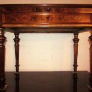 Gründerzeit Damenschreibtisch Nussbaum um 1880,restauriert.Vier gedrechselte und kannelierte Beine tragen die Platte mit schönem Nussbaumwurzelholz,darunter eine ausziehbare Schreibplatte und eine Schublade.102 cm breit,61 cm tief,78 cm hoch,800 €
