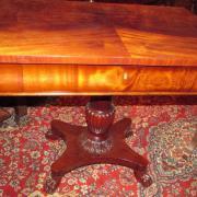 Neo Empire Schreibtisch Mahagoni um 1900.Seitlich abklappbare Platten,schöner Balustersäule,Tatzenfüße.Restaurierter Zustand.,eine Schublade.90 cm breit 58 cm tief 74 cm hoch,ausgeklappt 133 cm 1200 €