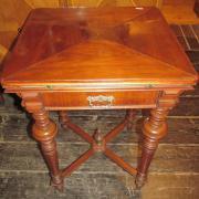 Gründerzeit Spieltisch Nußbaum um 1890.Gedrechseltes Untergestell,in der Zarge eine Schublade.Die Platte ausklappbar mit einer Filzeinlage und Messingschalen für Spielgeld.58 cm mal 58 cm und 77 cm hoch.800 €