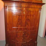 Biedermeier Sekretär Mahagoni um 1840.Seitlich flankiert von dreiviertelsäulen,untere Schublade und das Innenleben mit Fadenintarsien.Guter Zustand.115 cm breit,57 cm tief,167 cm hoch.2800 €