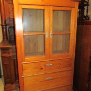 Spätbiedermeier Glaschrank Kiefer mit drei Schubladen um 1850.Schöne Holzmaserung,guter Zustand.94 cm breit,49 cm tief,183 cm hoch. 850 €