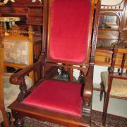 Gründerzeit Armlehnstuhl Nussbaum um 1890.Seltene Ausführung,die Bekrönung mit einem Fratzengesicht.Polsterung wurde mit einem roten Plüschsamt erneuert.65 cm breit,53 cm tief,138 cm hoch. 750 €