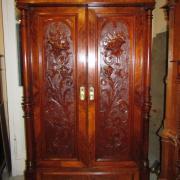 Gründerzeit Kleiderschrank Nußbaum um 1900. Zwei Türen flankiert von Vollsäulen,sehr fein geschnitzte Türfüllungen.Der Schrank ist restauriert. 119 cm breit,62 cm tief,190 cm hoch.Innentiefe 46 cm. 1200 €