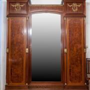 Kleiderschrank Neoempire Nussbaum und Mahagoni, 3-türig, ein Spiegel, Bronzeapplikationen, innenliegend 3 Schubladen, 3400 €